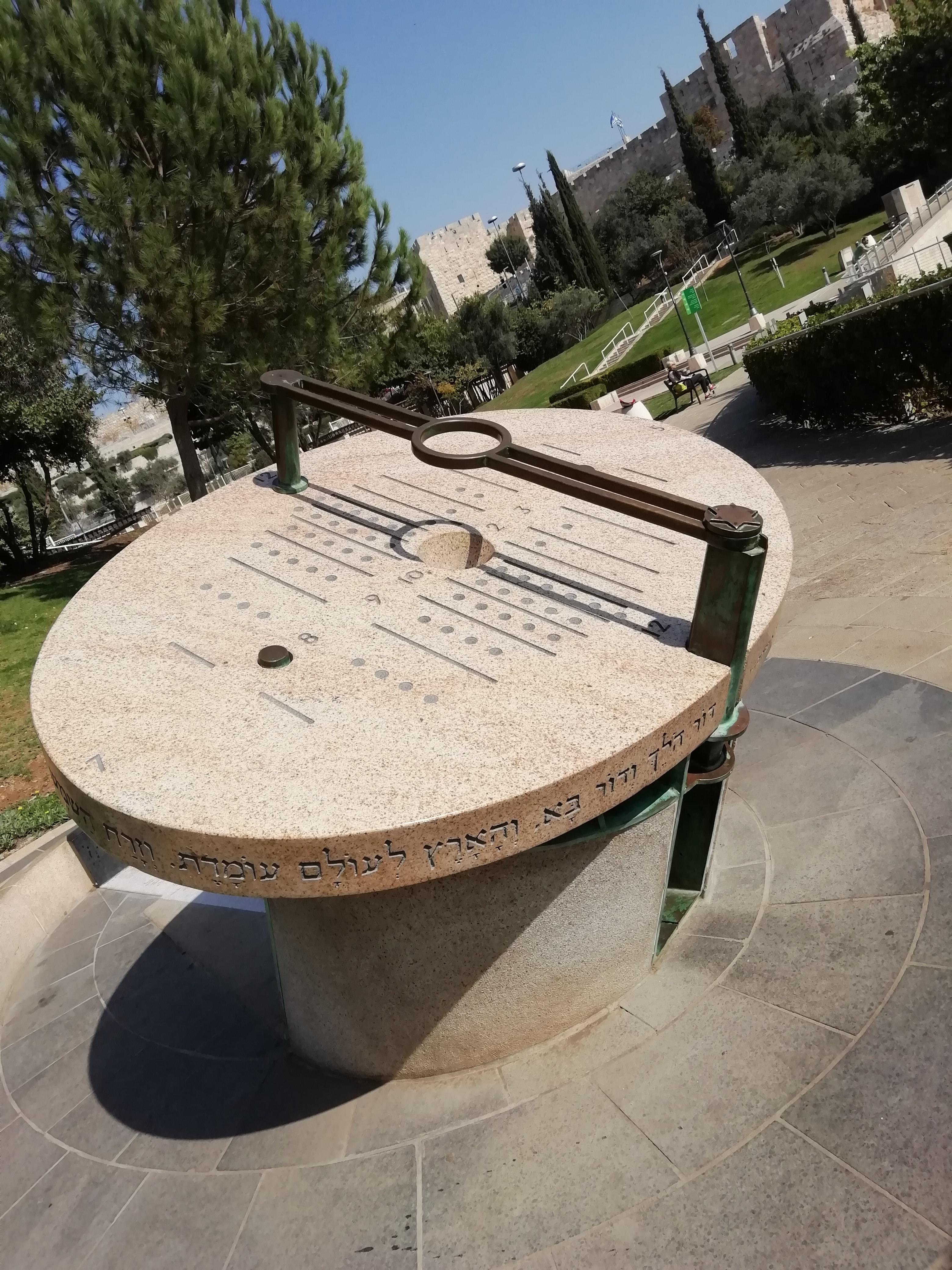 Napóra szobor Maty Grunberg Teddy Kollek park